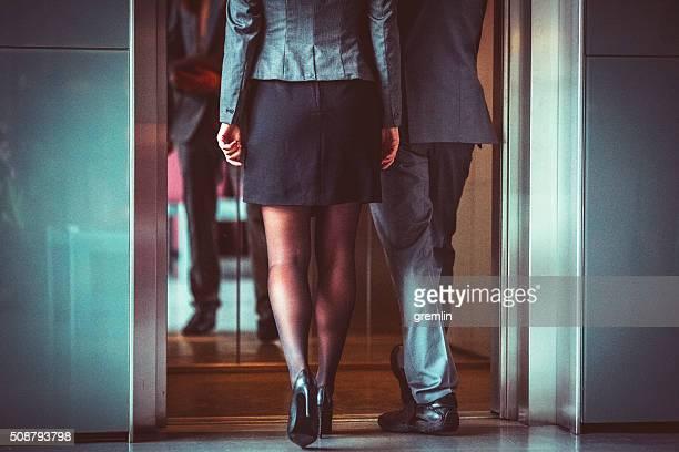 Affaires couple dans l'ascenseur