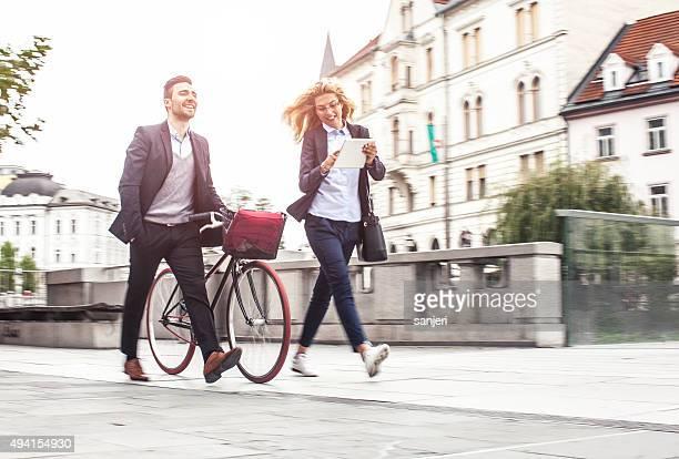 Business-Paar auf der Straße