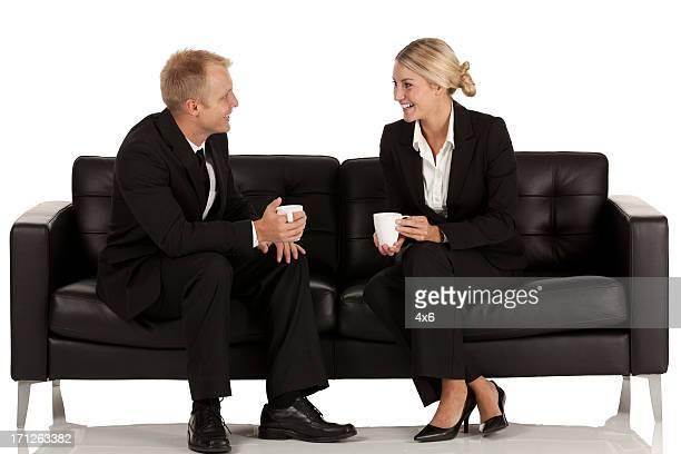 ビジネスのカップルにあるラウンジのソファーコーヒー