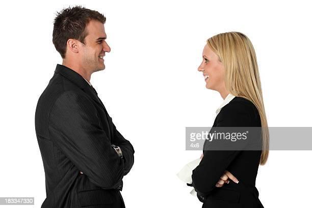 Affaires couple souriant à l'autre