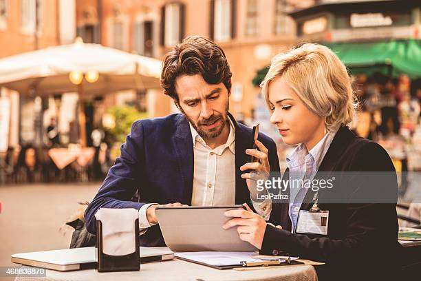 Affaires couple prenant une pause