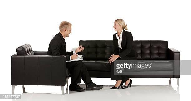 Pareja hablando de negocios a otros