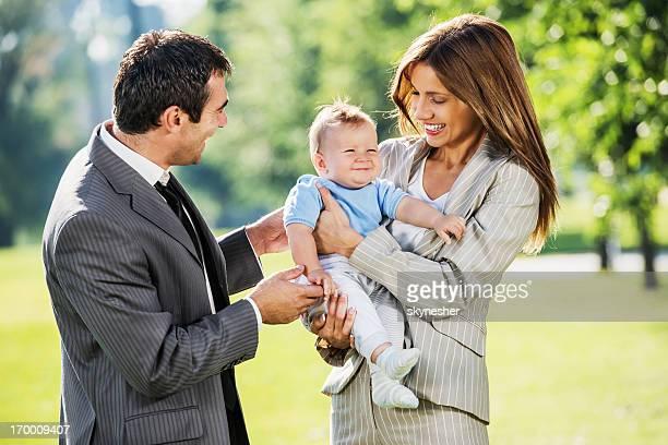 Affaires couple avec leur bébé garçon à l'extérieur