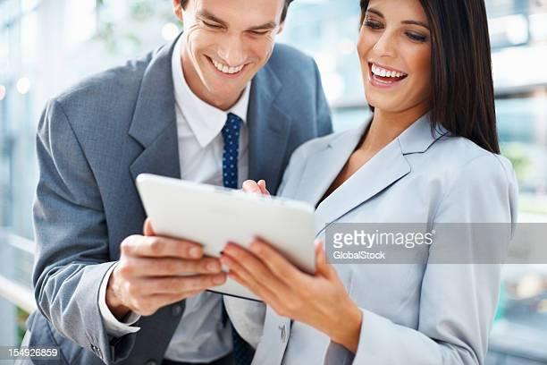 Business-Paar, Arbeiten auf tablet PC
