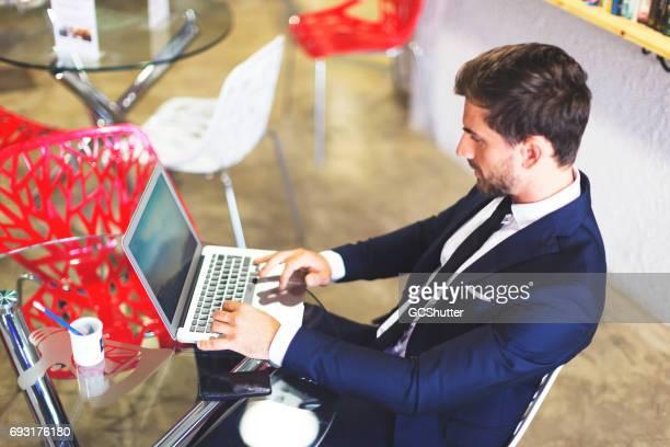 Företagsledare som arbetar på hans laptop