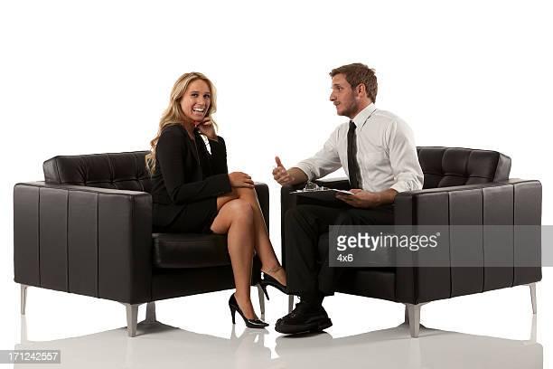 Los ejecutivos de negocios hablando en una reunión