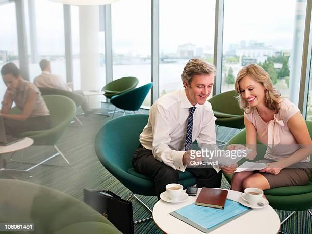 Les voyageurs d'affaires faisant une gourde à remplir au bureau