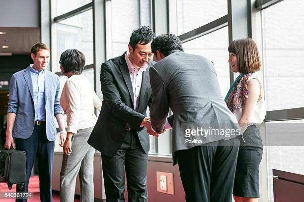 Groupe folklorique d'affaires parle d'affaires dans le hall, Kyoto, Japon