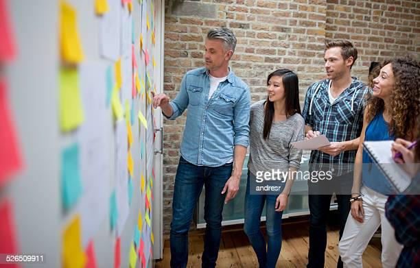 Groupe d'affaires de brainstorming