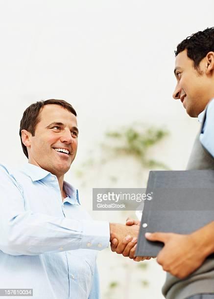 Poignée de main entre deux affaires heureux collègues
