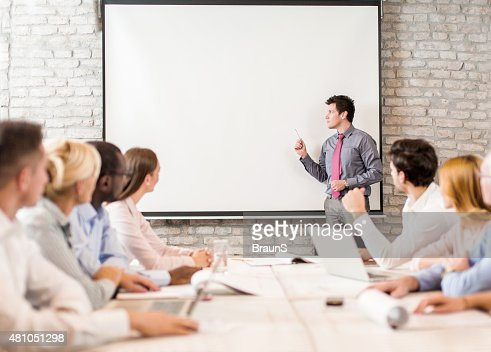 インストラクターギブビジネスプレゼンテーションから大規模なグループの人々