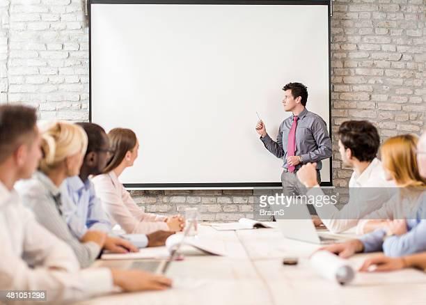 Instrutor de negócios dando apresentação de Grupo Grande de Pessoas
