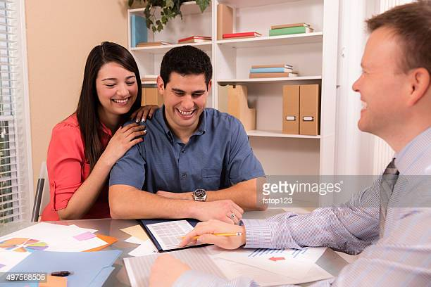 Business: Latin-Paar Bewertungen finanzielle Papiere mit freundlichen Berater.