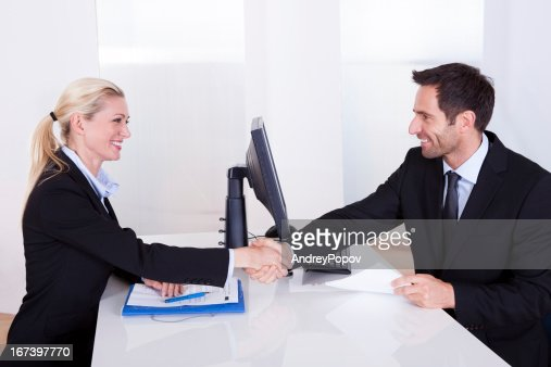 Business man and woman shaking hands : Stockfoto