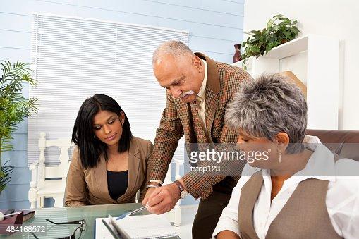 ビジネスの男性と女性のオフィスでのミーティングに最適。同僚。