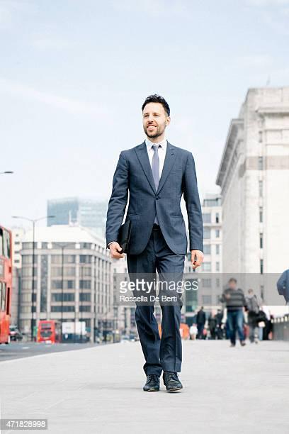 Homme d'affaires se rendant au travail, sur le fond de la ville
