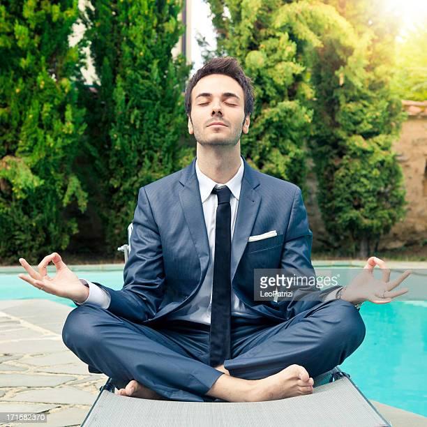 Un hombre de negocios haciendo meditación