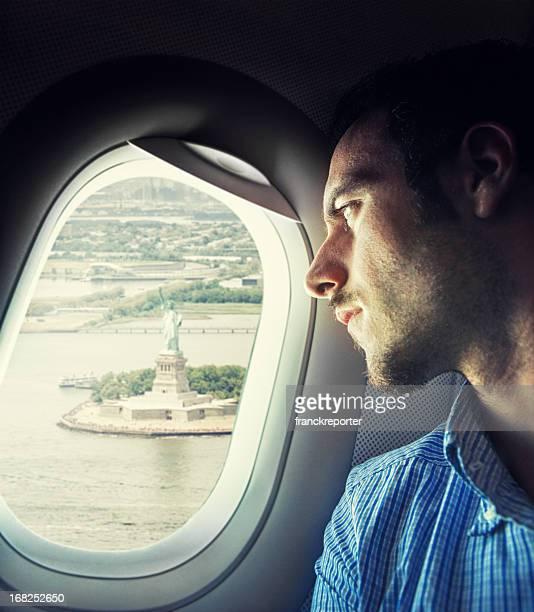 Homme d'affaires de vol sur la Statue de la Liberté à new york