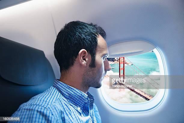Homme d'affaires de vol sur la Golden Gate à San Francisco