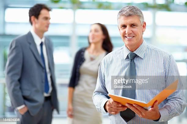 Business-Mann hält eine Datei