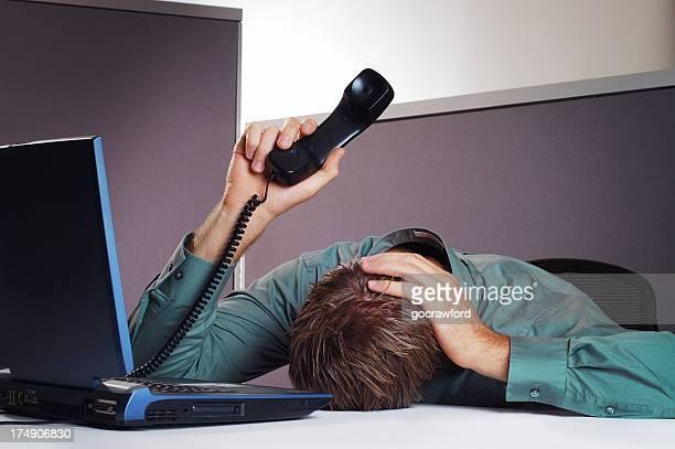 Un hombre de negocios posee cabeza y teléfono en el aire