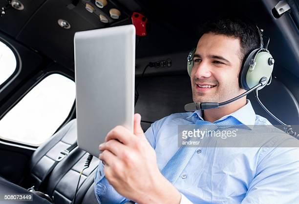 Homme d'affaires dans un hélicoptère