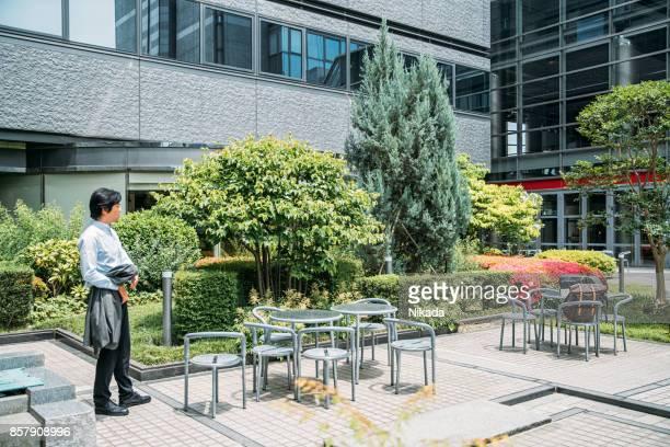 Business-Mann im Büropark, Japan