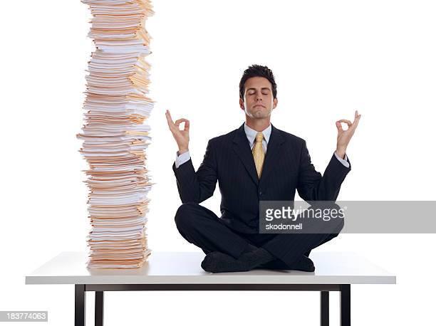 Un hombre de negocios Meditando en el trabajo