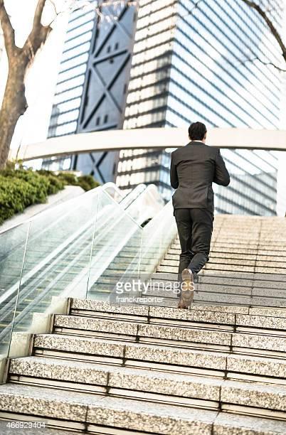 business Mann die Treppe Hinauf bewegen