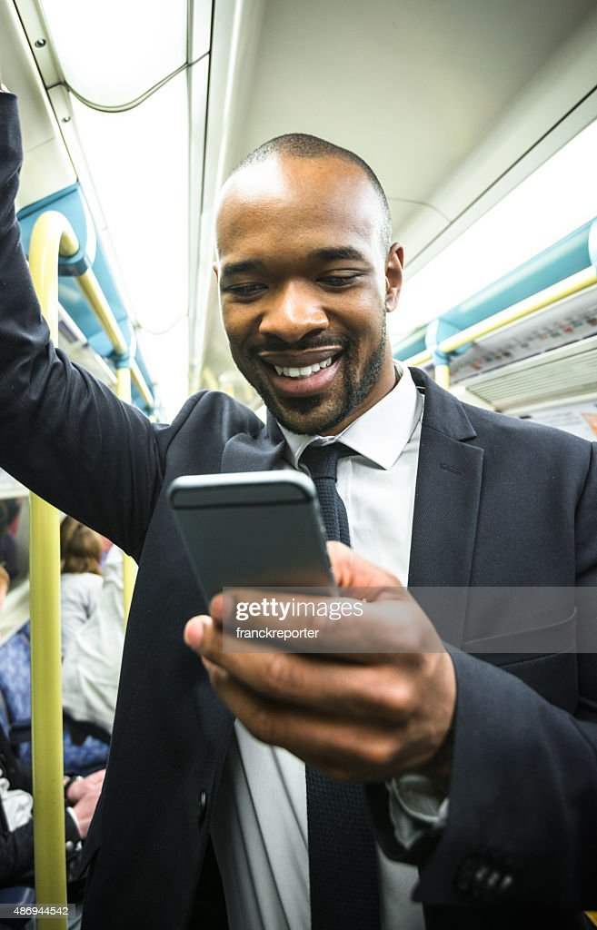 Business Mann am Telefon im Londoner U-Bahn-Station der metro : Stock-Foto