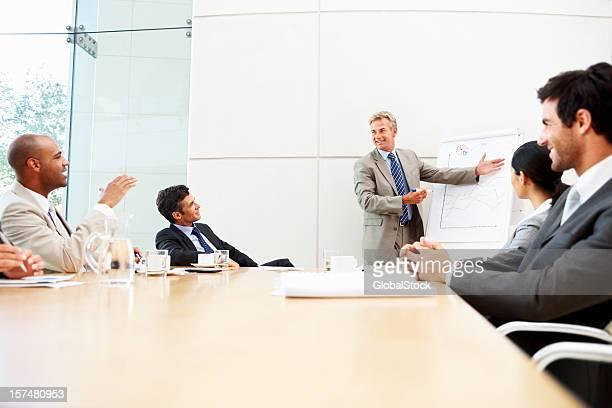 Groupe de collègues à une réunion