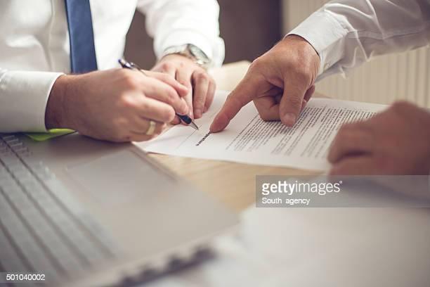 Business-Mann, die Unterzeichnung eines Vertrags