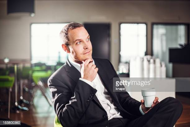 ビジネスの男性のラウンジ、オフィスでのコーヒー