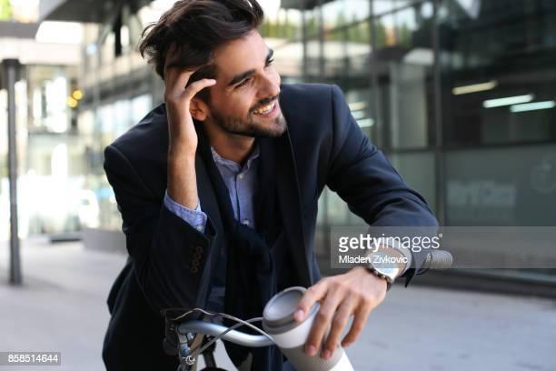 Homme d'affaires assis sur le vélo.