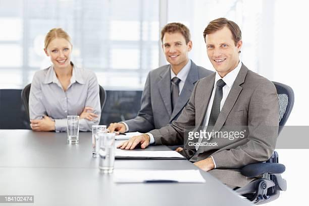 Business Mann lächelt beim Tagung