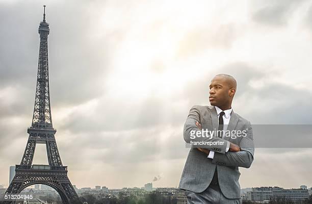 Homme d'affaires debout contre la Tour Eiffel