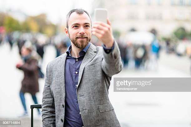 Business-Mann, die ein selfie auf die Stadt
