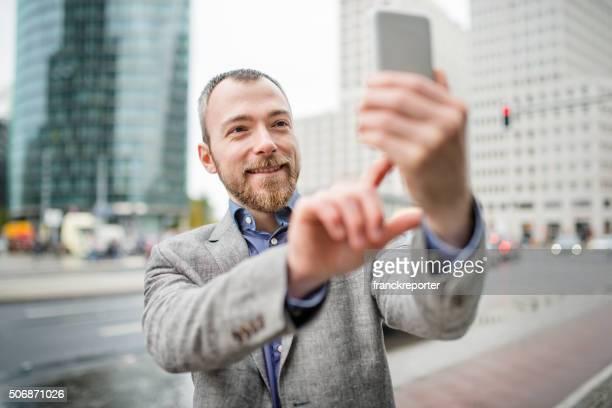 ビジネスの男性は、街の自分撮り