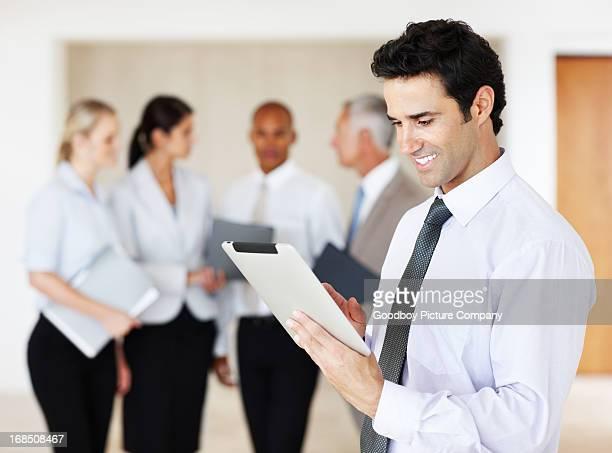 Business-Mann mit tablet PC