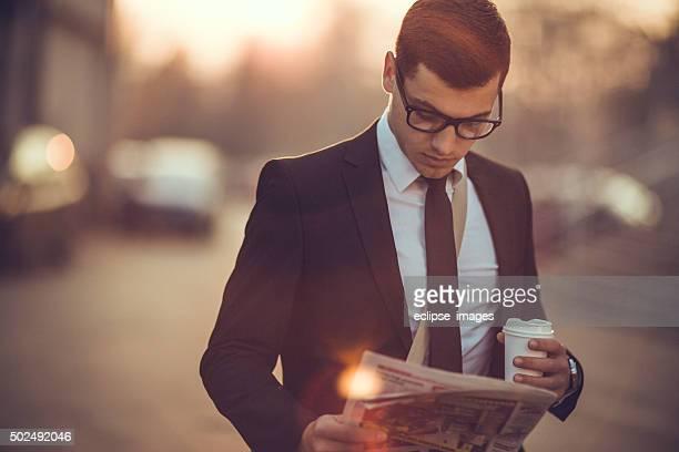 Business-Mann mit Kaffee und Tageszeitung