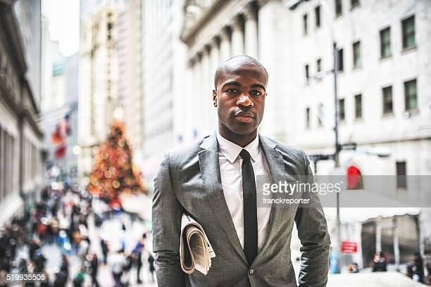 Homme d'affaires avec son journal sur wall street