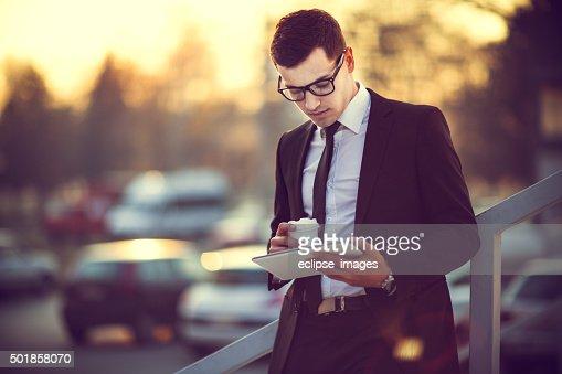 Business uomo lavorando su tavoletta digitale