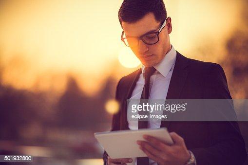ビジネスデジタルタブレットで作業する男性
