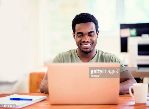 Homme d'affaires travaillant en ligne