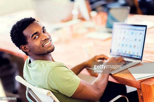 Uomo d'affari di lavoro online