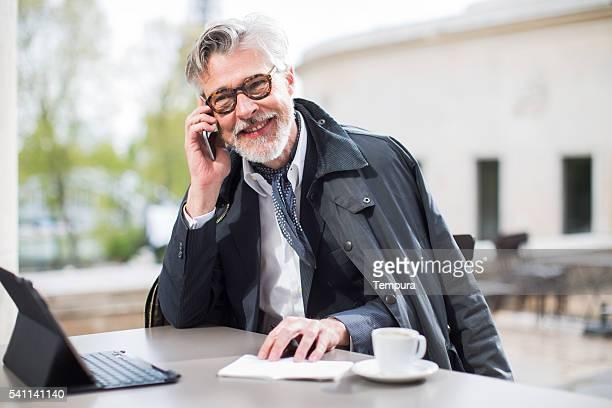Homme d'affaires travaillant en plein air, près de la tour eiffel