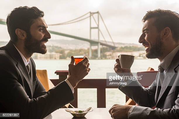 Reunión de negocios en el puente del Bósforo Bridge, Estambul.