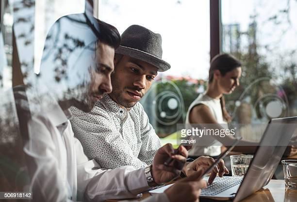 Reunión de negocios en el bar de la cafetería