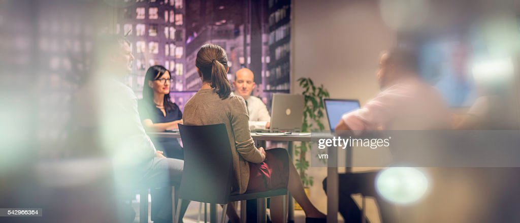Business meeting late at night : Stockfoto