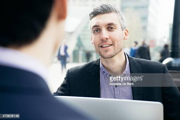 Reunión de negocios al aire libre, empresarios discutiendo un nuevo proyecto